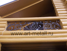 Кованые балконы, крыльцо.