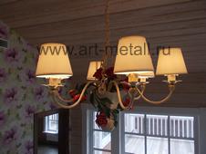 Люстры, светильники, бра флористика, украшенные коваными цветами, растительностью.