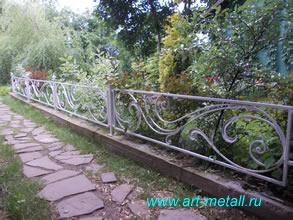 Кованый металл в саду.