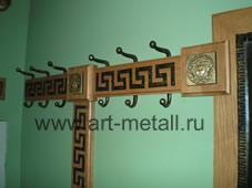 Дубовая настенная вешалка с коваными крючками и декором.