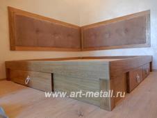 Дубовая кровать на металлическом основании и мягким изголовьем
