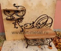 Кованая банкетка с дубовым сиденьем и полкой для обуви.