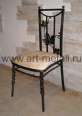 Кованый стул с виноградной лозой.