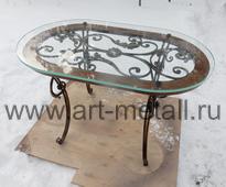 Кованый стол со стеклянной столешницей.