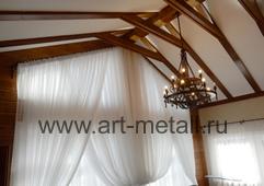 кованые карнизы для штор в доме с высоким потолком.