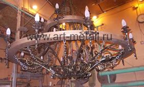 Двухъярусная кованая люстра колесо от телеги.