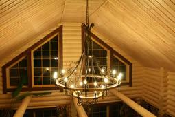 Кованая люстра в деревянном доме.