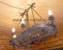 Кованая люстра с деревом овальной формы.