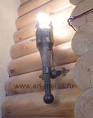 Кованый светильник в виде факела. Состаренная сосна.