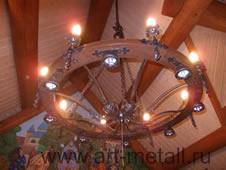 Кованая люстра стилизованная под колесо от телеги.