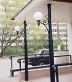 Кованый фонарь перед входом в кафе.