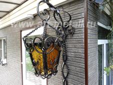 Кованый уличный фонарь на кронштейне.