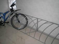 Металлическая стойка для велосипедов.