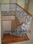 Деревянная лестница с кованым ограждением.