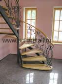 Металлическая лестница с буковыми ступенями.