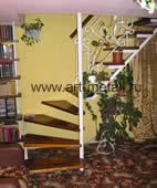 Лестница на металлическом косоуре.