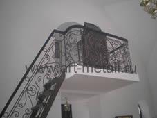 Кованая лестница в храме.