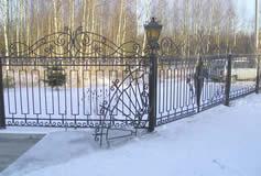 Кованые ворота, забор.
