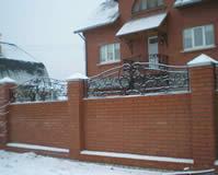 Кованое навершие решетка на кирпичный забор.