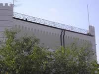 Кованое ограждение на крыше дома.