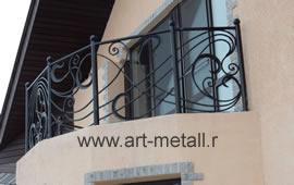 Кованое ограждение балкона.