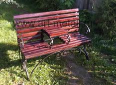 Кованая скамейка со столиком.