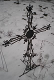 Кованый могильный крест.