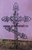 Кованый крест на кладбище.