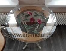 Журнальный столик украшенный коваными розами.